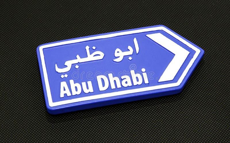 Βέλος κατεύθυνσης Abu Dhabi σε μαύρο στοκ φωτογραφίες
