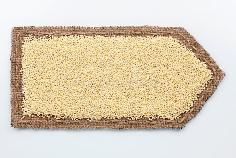 Βέλος φιαγμένο από burlap με τα σιτάρια κεχριού στοκ φωτογραφία
