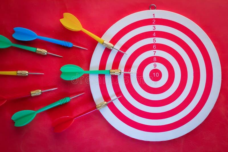 Βέλος βελών που χτυπά το κέντρο μιας άποψης στόχων από την κορυφή στοκ φωτογραφίες με δικαίωμα ελεύθερης χρήσης