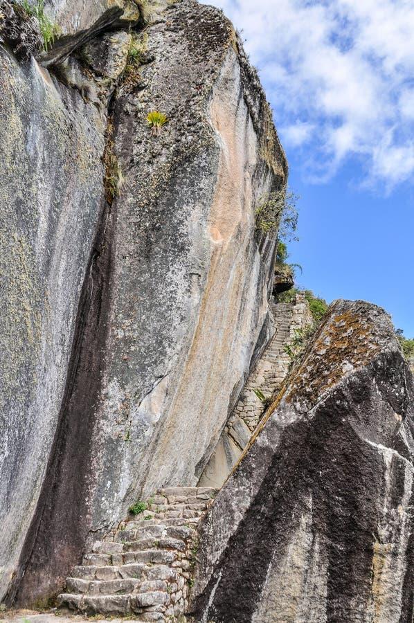 Βήματα - κάτω στο ναό του φεγγαριού σε Machu Picchu, η ιερή πόλη στοκ εικόνες με δικαίωμα ελεύθερης χρήσης