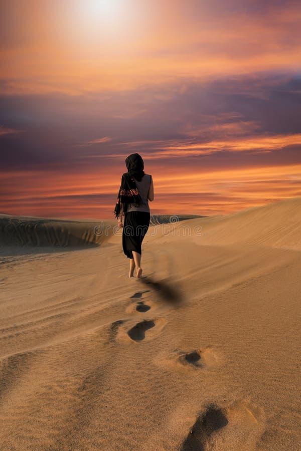 Βήματα μιας γυναίκας στην έρημο στοκ φωτογραφία