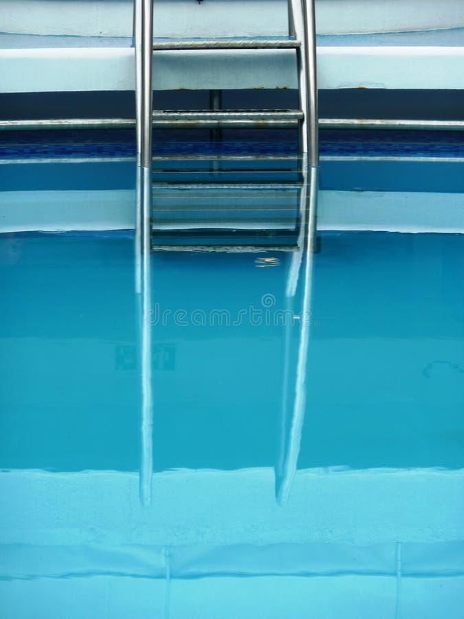 Βήματα πισινών που απεικονίζονται στο νερό στοκ εικόνα με δικαίωμα ελεύθερης χρήσης