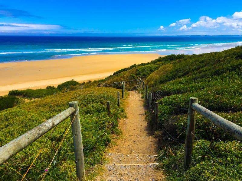 Βήματα σε μια απομονωμένη παραλία στην Αυστραλία στοκ φωτογραφία