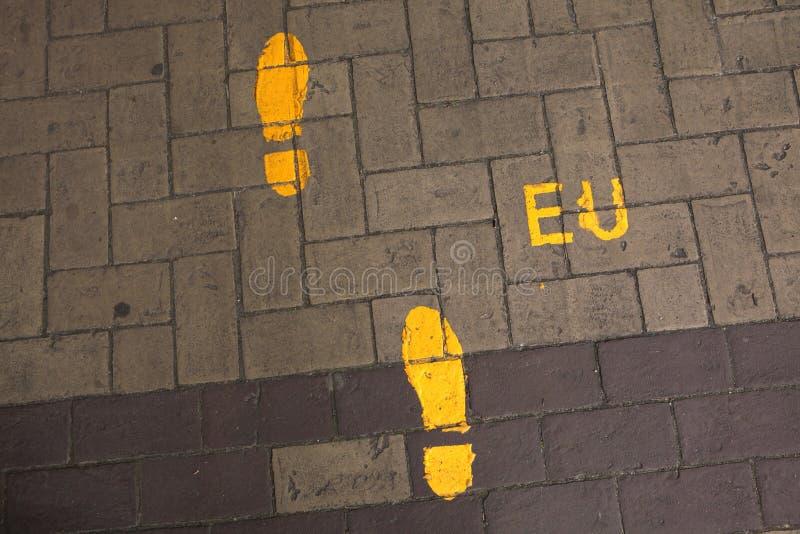 Βήματα στην Ευρωπαϊκή Ένωση Σημάδι κατεύθυνσης στην ΕΕ headquarte στοκ φωτογραφία