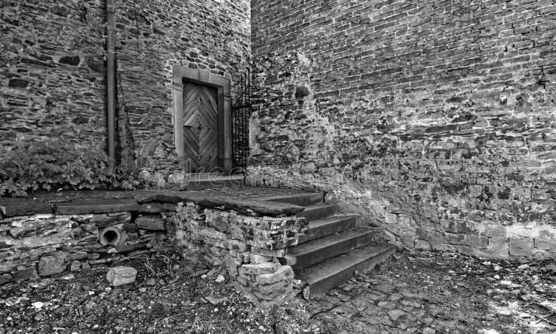 Βήματα στην ξύλινη πόρτα στοκ φωτογραφία με δικαίωμα ελεύθερης χρήσης