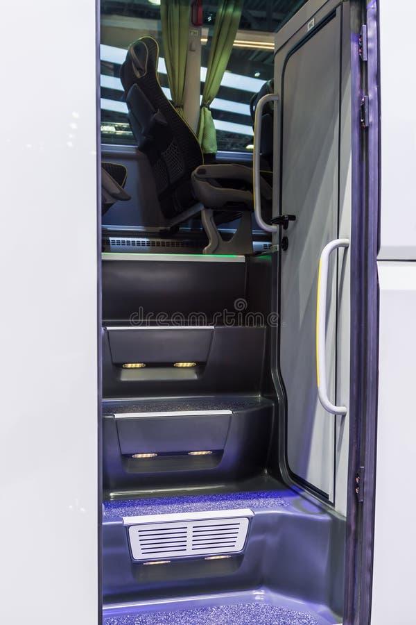 Βήματα στο εσωτερικό ενός σύγχρονου λεωφορείου τουριστών στοκ φωτογραφίες με δικαίωμα ελεύθερης χρήσης