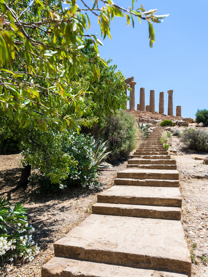 Βήματα στο ναό της Juno Hera στο Agrigento στοκ εικόνα
