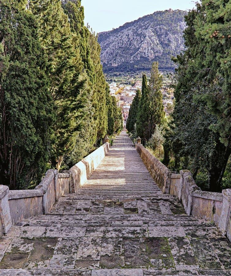 Βήματα Calvari, pollenca, άποψη από την κορυφή χωρίς τους ανθρώπους και την απομονωμένη μαύρη γάτα, Μαγιόρκα, Ισπανία στοκ φωτογραφία με δικαίωμα ελεύθερης χρήσης