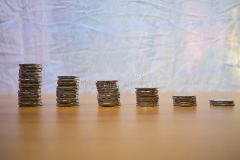βήμα του νομίσματος σωρών στο άσπρο υπόβαθρο με το διάστημα αντιγράφων για την επιχείρηση και την οικονομική ιδέα έννοιας στοκ εικόνες