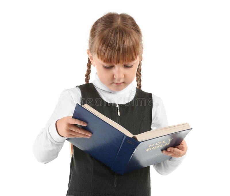 Βίβλος ανάγνωσης μικρών κοριτσιών στο άσπρο υπόβαθρο στοκ φωτογραφίες με δικαίωμα ελεύθερης χρήσης