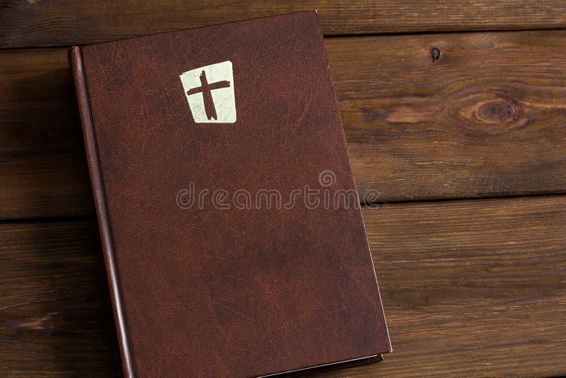 Βίβλος σε ένα ξύλινο υπόβαθρο στοκ εικόνες