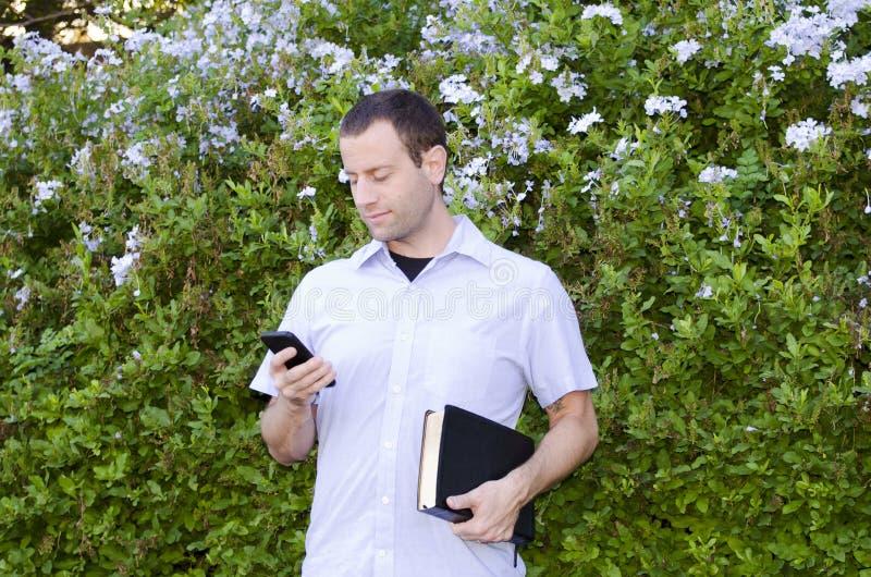 Βίβλος και τηλέφωνο εκμετάλλευσης ατόμων στοκ φωτογραφίες
