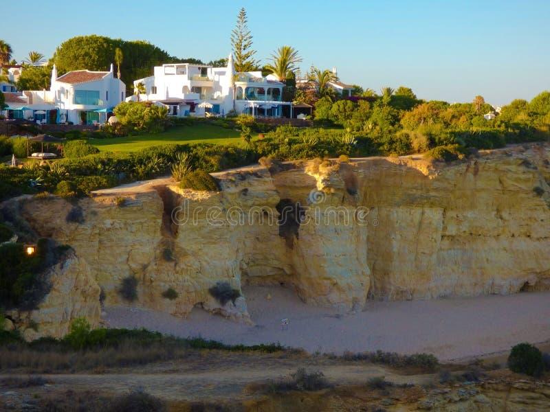 Βίλες πάνω από έναν απότομο βράχο, μπροστινός κήπος πεζουλιών σπιτιών, διακοπές της Ευρώπης στοκ εικόνες