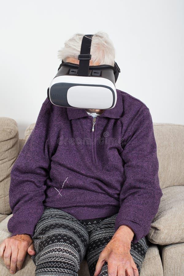 Βίντεο εικονικής πραγματικότητας προσοχής με την κάσκα στοκ φωτογραφίες με δικαίωμα ελεύθερης χρήσης