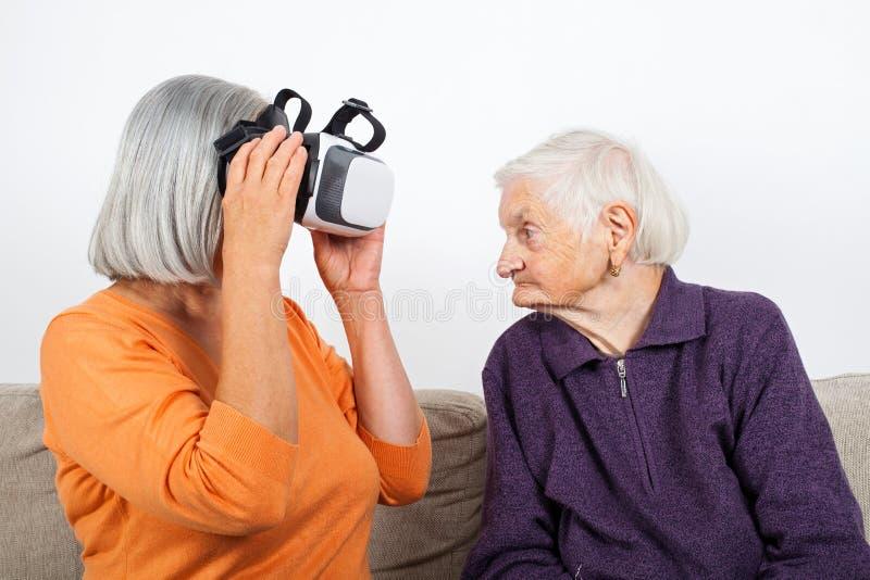 Βίντεο εικονικής πραγματικότητας προσοχής με την κάσκα στοκ εικόνες με δικαίωμα ελεύθερης χρήσης