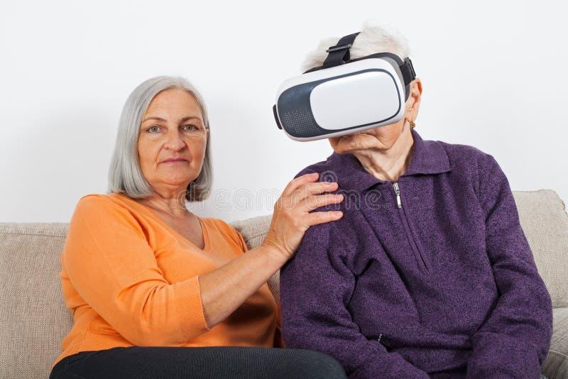 Βίντεο εικονικής πραγματικότητας προσοχής με την κάσκα στοκ εικόνα με δικαίωμα ελεύθερης χρήσης