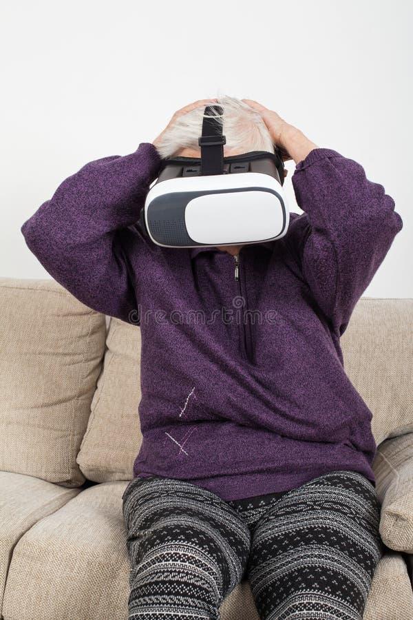 Βίντεο εικονικής πραγματικότητας προσοχής με την κάσκα στοκ φωτογραφίες