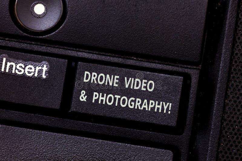 Βίντεο και φωτογραφία κηφήνων κειμένων γραψίματος λέξης Επιχειρησιακή έννοια για το σύγχρονο εναέριο κλειδί πληκτρολογίων προόδου στοκ φωτογραφία