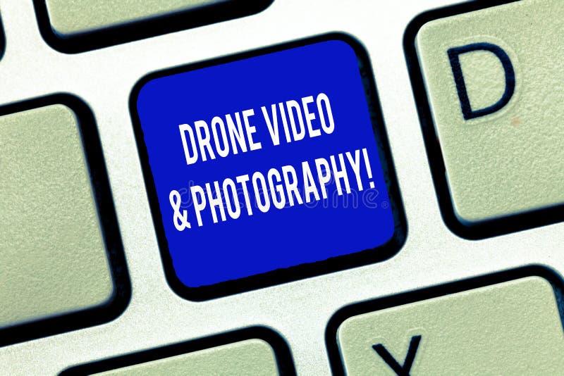 Βίντεο και φωτογραφία κηφήνων κειμένων γραψίματος λέξης Επιχειρησιακή έννοια για το σύγχρονο εναέριο κλειδί πληκτρολογίων προόδου στοκ εικόνα