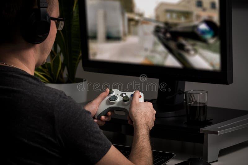 Βίντεο παιχνιδιού παιχνιδιών τυχερού παιχνιδιού στη TV ή το όργανο ελέγχου Έννοια Gamer στοκ φωτογραφία
