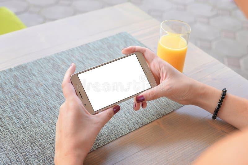 Βίντεο προσοχής κοριτσιών ή παιχνίδι παιχνιδιού στο κινητό τηλέφωνο στην οριζόντια θέση στοκ εικόνα