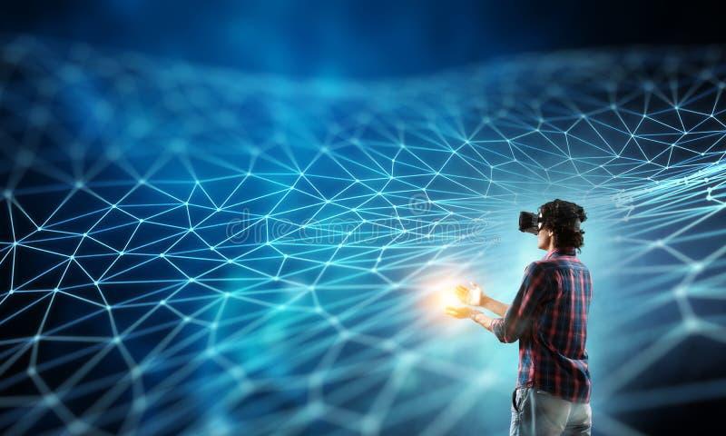 Βίωση του εικονικού κόσμου τεχνολογίας Μικτά μέσα στοκ φωτογραφία με δικαίωμα ελεύθερης χρήσης