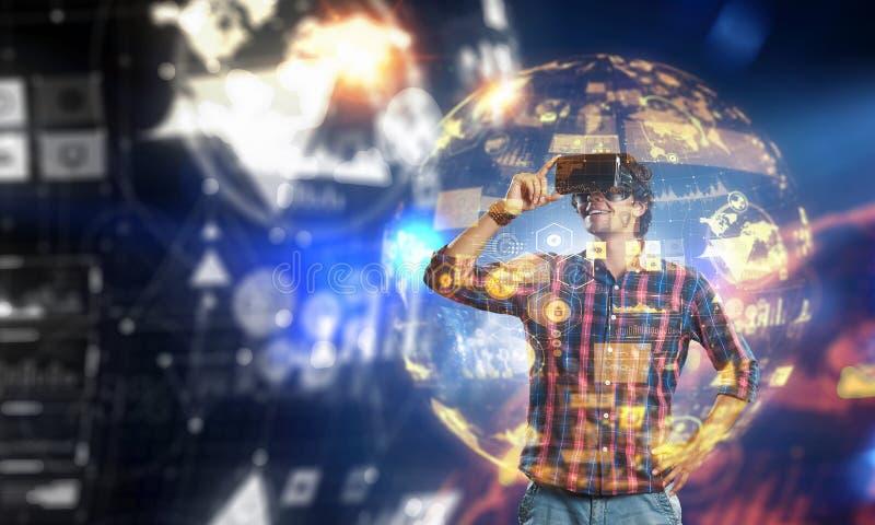 Βίωση του εικονικού κόσμου τεχνολογίας Μικτά μέσα στοκ εικόνα με δικαίωμα ελεύθερης χρήσης
