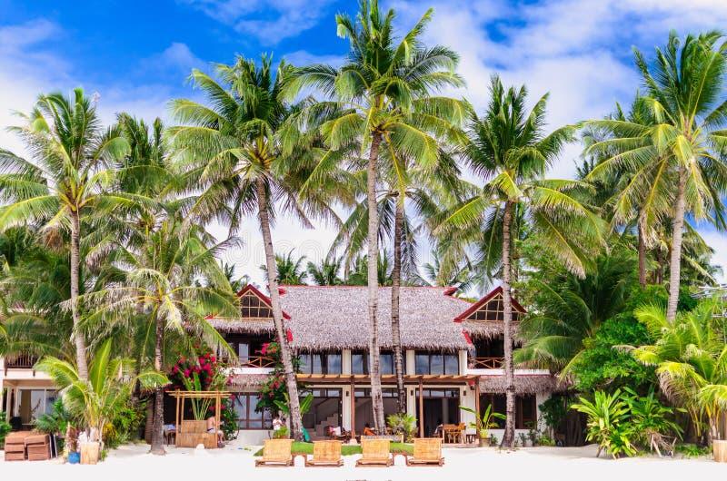 Βίλα και φοίνικες πολυτέλειας στην άσπρη παραλία σε Boracay στοκ εικόνες