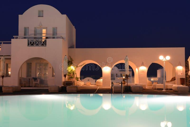 Βίλα πολυτέλειας με την ιδιωτική λίμνη τη νύχτα, Oia, Santorini στοκ φωτογραφίες