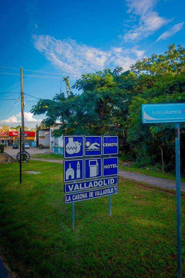 ΒΑΓΙΑΔΟΛΙΔ, ΜΕΞΙΚΟ - 12 ΝΟΕΜΒΡΊΟΥ 2017: Πληροφοριακό σημάδι πέρα από μια μεταλλική δομή που βρίσκεται σε ένα πάρκο στην πόλη του  στοκ εικόνα με δικαίωμα ελεύθερης χρήσης