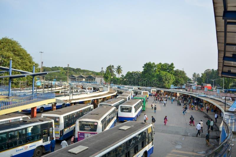 ΒΑΓΚΑΛΟΡΗ ΙΝΔΙΑ στις 3 Ιουνίου 2019: Σωρός των λεωφορείων στη στάση λεωφορείου Kempegowda γνωστή όπως μεγαλοπρεπή κατά τη διάρκει στοκ εικόνες
