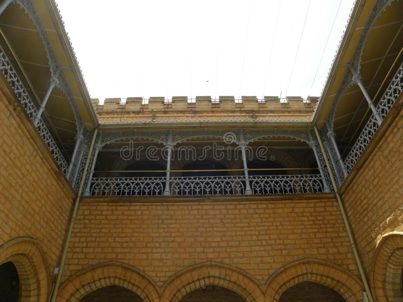 Βαγκαλόρη, Karnataka, Ινδία - 1 Ιανουαρίου 2009 προαύλιο Maharaja's στο παλάτι της Βαγκαλόρη στοκ φωτογραφίες