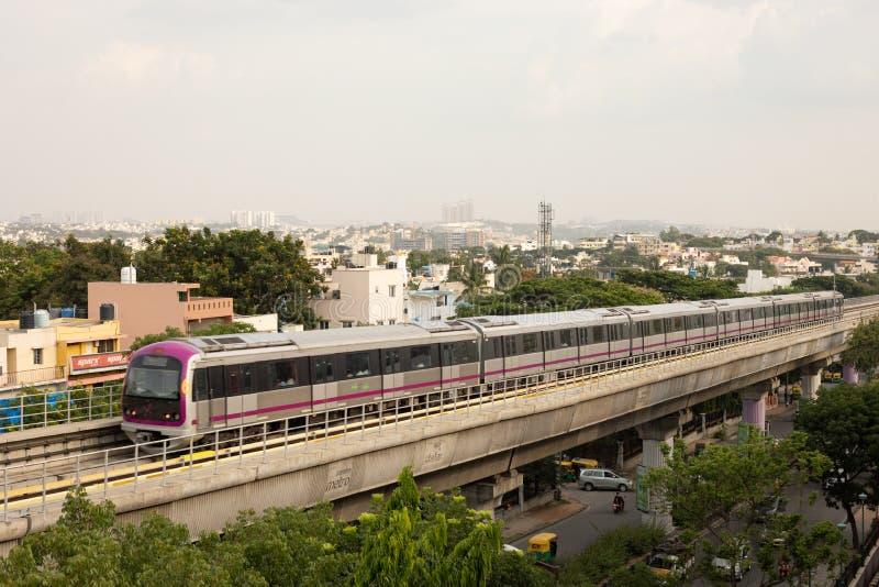 Βαγκαλόρη, Karnataka Ινδία 1 Ιουνίου 2019: Εναέριο μετρό Bengaluru άποψης που κινείται στη γέφυρα κοντά σε Vijaya Nagara, Bengalu στοκ φωτογραφία