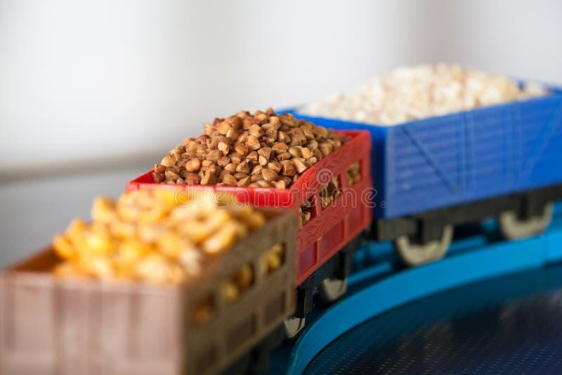 Βαγόνια εμπορευμάτων με το σιτάρι του φαγόπυρου, του ρυζιού και των μπιζελιών Πολιτισμοί σιταριού στοκ εικόνα με δικαίωμα ελεύθερης χρήσης