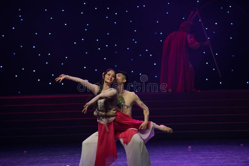 Βαθειά γοητευμένος και συνδεμένος με κάθε έναν άλλος-έχετε τον αμοιβαίο συγγένεια-κινεζικό λαϊκό χορό στοκ φωτογραφία
