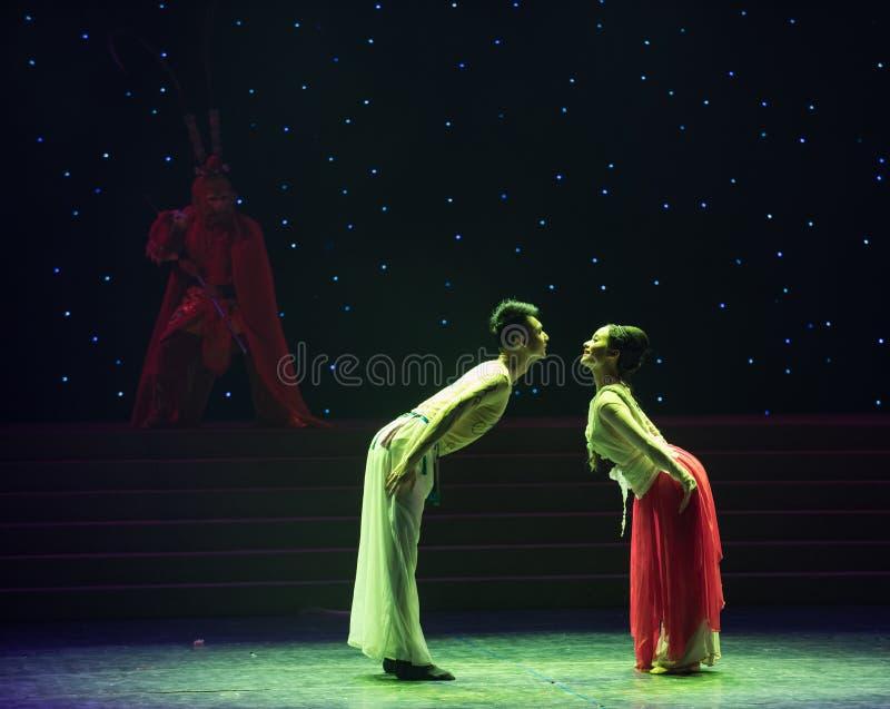 Βαθειά γοητευμένος και συνδεμένος με κάθε έναν άλλος-έχετε τον αμοιβαίο συγγένεια-κινεζικό λαϊκό χορό στοκ εικόνες