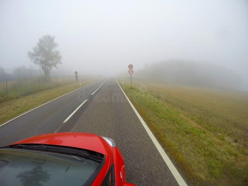 Βαθιά ομίχλη στο δρόμο στοκ εικόνες