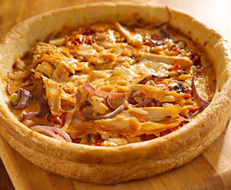 Βαθιά πίτσα πιάτων ύφους του Σικάγου με το κοτόπουλο βούβαλων στοκ φωτογραφίες
