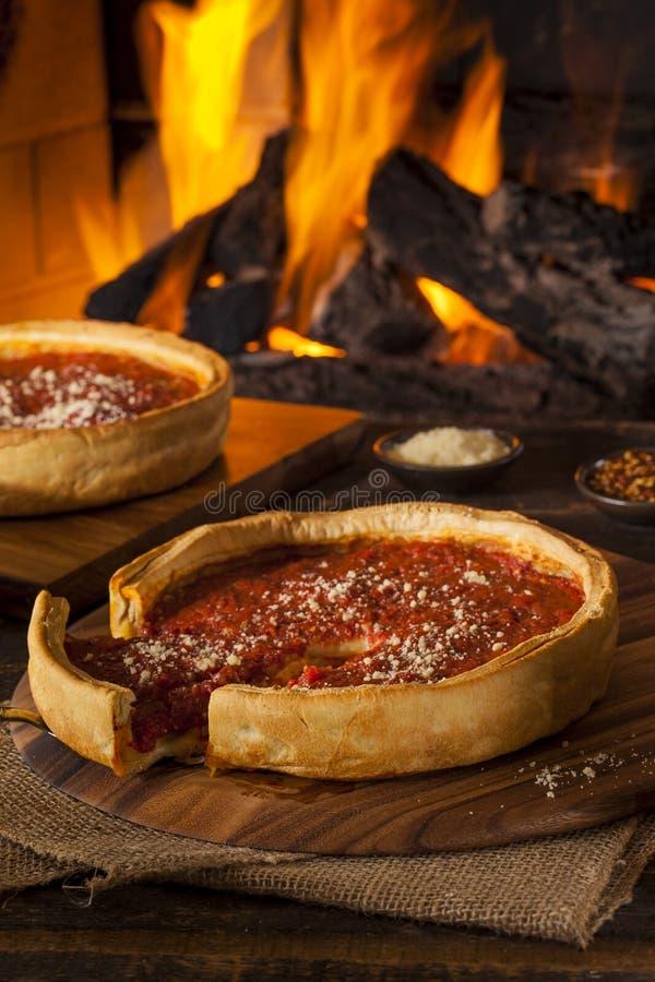 Βαθιά πίτσα τυριών πιάτων ύφους του Σικάγου στοκ φωτογραφία