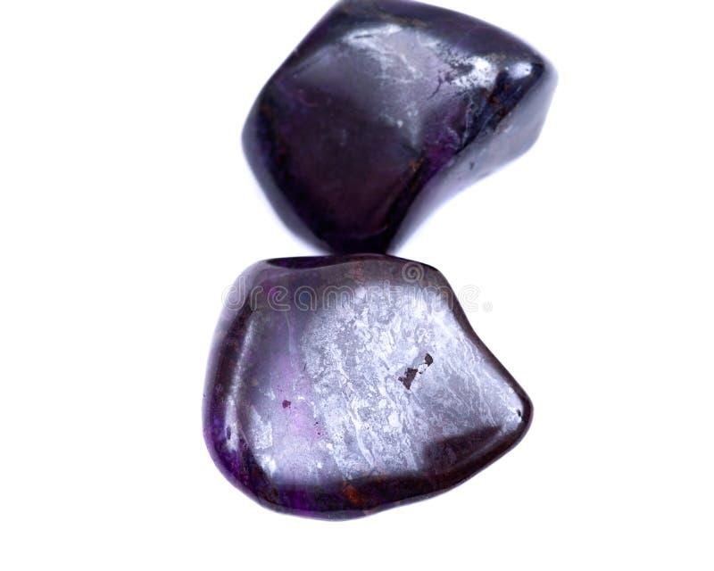 Βαθιά - πορφυρό μαγγάνιο με πεφμένη τη sugilite πέτρα από τη Νότια Αφρική στοκ φωτογραφία