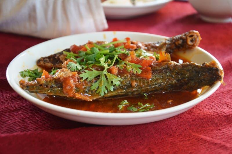 Βαθιά ψάρια που τηγανίζονται ριγωτά με τη γλυκιά σάλτσα τσίλι στοκ εικόνα