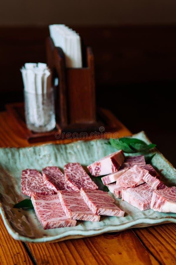 Βαθμός ασφαλίστρου wagyu βόειου κρέατος Ishigaki A5 στο ceremic πιάτο στοκ εικόνες