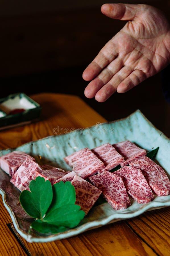 Βαθμός ασφαλίστρου wagyu βόειου κρέατος Ishigaki A5 στο ceremic πιάτο στοκ φωτογραφία με δικαίωμα ελεύθερης χρήσης
