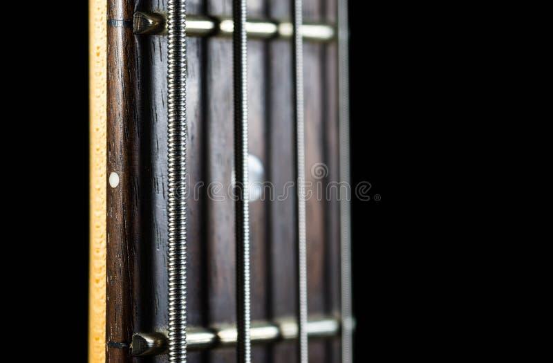 Βαθύς λαιμός κιθάρων που απομονώνεται στο μαύρο υπόβαθρο, ρηχό βάθος του τομέα στοκ φωτογραφίες