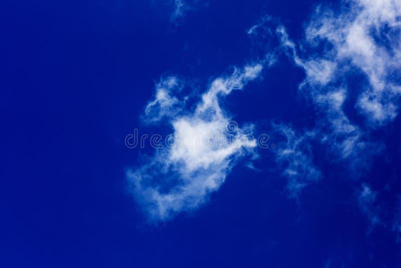Βαθύς μπλε ουρανός με τα σύννεφα υψηλά - ποιότητα πενήντα megapixels στοκ εικόνες