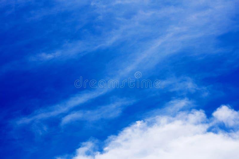 Βαθύς μπλε ουρανός με τα σύννεφα υψηλά - ποιότητα πενήντα megapixels στοκ φωτογραφία