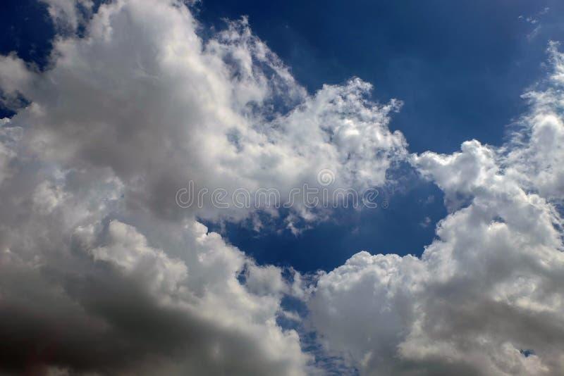 Βαθύς μπλε ουρανός και άσπρα σύννεφα στοκ φωτογραφίες