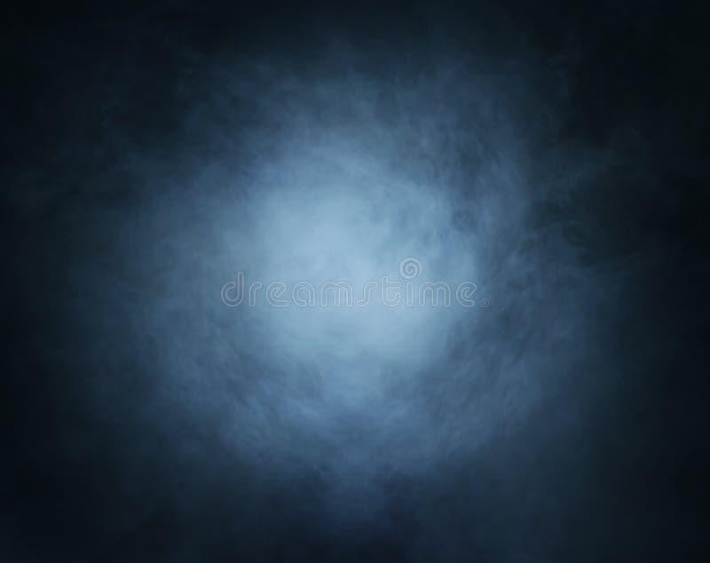 Βαθύ κυανό υπόβαθρο καπνού με το φως στο κέντρο στοκ εικόνες με δικαίωμα ελεύθερης χρήσης