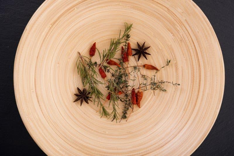 Βαθύ πιάτο με τα καρυκεύματα στοκ εικόνες