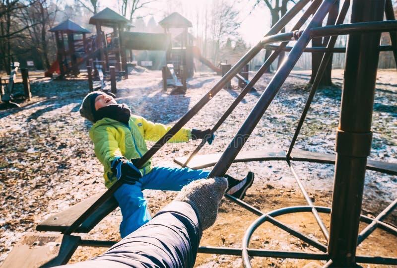 Βαθύ φθινόπωρο στην παιδική χαρά παιδιών Το Mom γυρίζει το αγόρι στο carous στοκ εικόνες με δικαίωμα ελεύθερης χρήσης